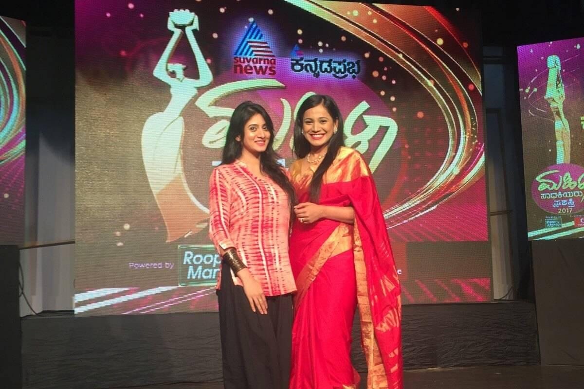 Emcee Reena on Suvarna News & Kannada Prabha hosting Mahila Sadakiyaru Prashashthi 2017