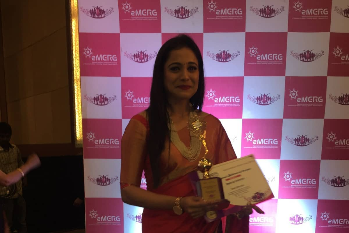 MC Reena Dsouza receives Best MC Award 2018 by EMERG